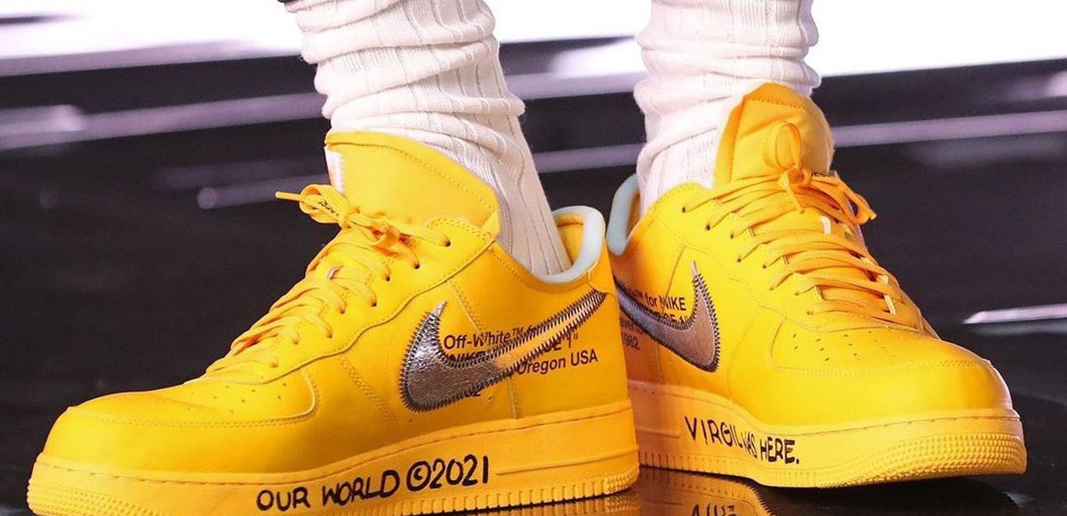 "Se LeBron James i OFF-WHITE x Nike Air Force 1 ""University Gold"""